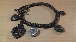 Bronz színű fiatalos karkötő lógókkal 044