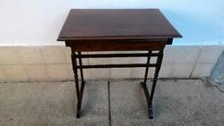 Bieder jellegű asztalka