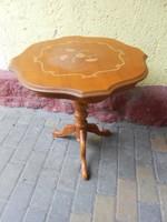 Intarziás neobarokk kis aranyos asztal.