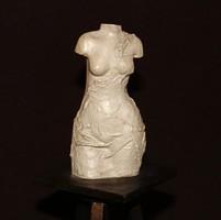 Bronz/műgyanta szobor, azonosítandó szignóval.