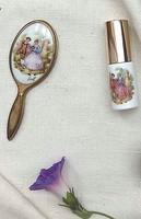 Limoges jelenetes porcelán kézitükör 12cm és fújós, működő porcelán parfümös
