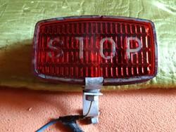 Féklámpa kidomborodó STOP felirattal