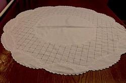 Szecessziós régi, fehérrel hímzett és azsúrozott fehér terítő átmérő 80 cm