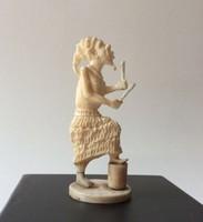 Elefántcsontból faragott szobor