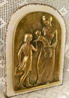 Anya gyermekeivel meghitt pillanat, réz falikép
