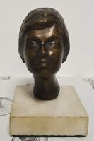 Bronz női fej márványtalpon