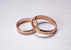 Vörös arany jegygyűrű pár.