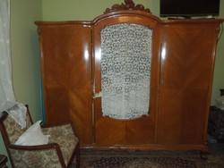 3 ajtós neobarokk szekrény, gyönyörű faragásokkal, szép állapotban