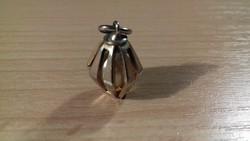 Gyönggyel díszített medál 090