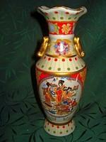 Kínai porcelán váza 20 cm magas mesés színvilággal életképes jelenettel