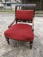 Szép faragott mintás antik ónémet kis fotel arányait érzékeltetve egy szék mellett is látható