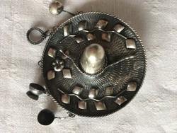 Medál-Kitűző-Mexikói kalap-4 zsuzsuval-ezüst