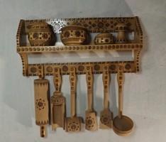 Konyhai dekoráció faeszközökkel