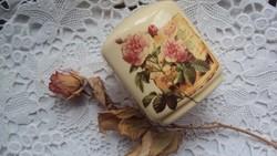 Finom,csontszínű porcelánból készült,bazsarózsa díszes,vintage stílusú fűszerszóró.