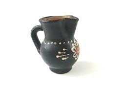 Fekete mázas egyedi festésű kerámia mini füles kancsó, kis köcsög