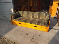 Eladó egy HELSZINKI nyitató fenyő kanapé ágynemütartoval.