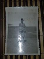 Ww2 2Vh Tépe gyerek, jelvényes sapkában kép 6x9cm