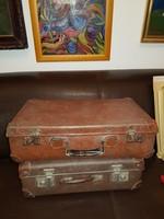 Kis bőröndök, rémesen öregek, letűnt kor gyönyörű emlékei, működnek, de már pihennének...