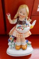 Porcelán nipp, szobor, dísztárgy.Virágot szedő kislány.