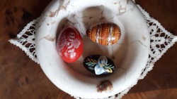 Húsvéti tojások fából, népi motívumokkal kézi festéssel