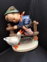 Hummel német porcelán kisfiú libával