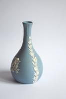 Wedgwood váza - kék biszkvit csontfehér puttós rátétekkel