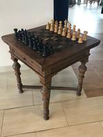 Kártya- és sakk asztal sakkfigurákkal