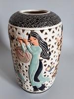 Gyönyörű,távol-keleti,áttört fajansz dekorváza,zenélő lányok lepkékkel,madarakkal