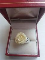Szép állapotú  rózsával ékített ezüstözött  gyűrű hozzá illő bedugós fülbevaló egyben