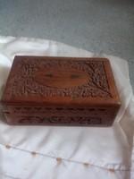 Virágindás, dió fából készült faragott ékszeres ládika!