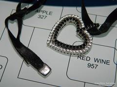 Kövekkel kirakott modern ezüst szív medál bársonyszalaggal