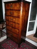 Gyönyörű antik 7 fiókos keskeny, magas diógyökér biedermeier smizett / komód 1840 környékéről