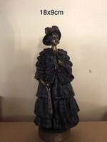 Bécsi bronzszoborka. Nyitható ruhás nő