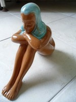 Ülő női akt színes kubai képzőművész kerámia szobor
