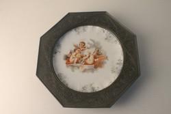 Antik ón keretes porcelán falitál puttókkal díszítve