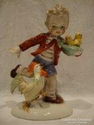 Kakas elől menekülő fiú mozgalmas porcelán szobor