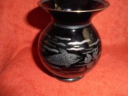 Fekete üveg váza ezüsttel festett halas mintával