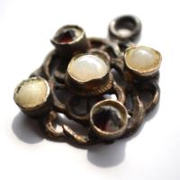 Medál gránát kövekkel és gyöngyökkel