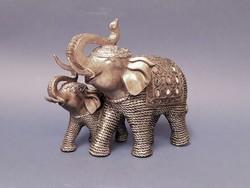 Elefánt borjával szobor