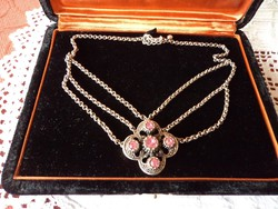 Szép ezüstözött nyakék, rózsaszín  kövekkel díszítve.
