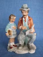 Jelzett porcelán kislány és apukája