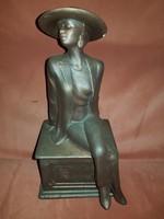 Pillekönnyű fajansz hölgyszobor, gyönyörű mázzal rajta, elegáns jelenség! 26 cm magas