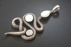 Ezüst, köves kígyó medál