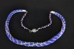 Kézműves nyakék - egyedi gyöngyhorgolt - kék, fehér, lila és ezüst