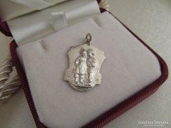 Antik ezüst medál gyermek motívummal