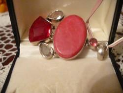Korall és rubin színű köves medál
