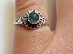 Régi ezüst gyűrű zöld kővel díszítve