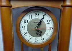 Tiko Time körbe üvegezett fa dobozos ingás elemes kandallóóra, szép működőképes állapotban.