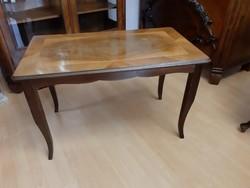 Szalagintarziás kisasztal