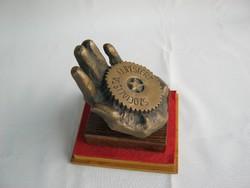 Jelzett bronz kéz újpesti szocialista emlék 1975.